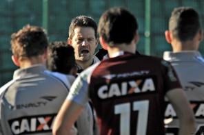 Argel relaciona 20 jogadores para encarar o São Paulo