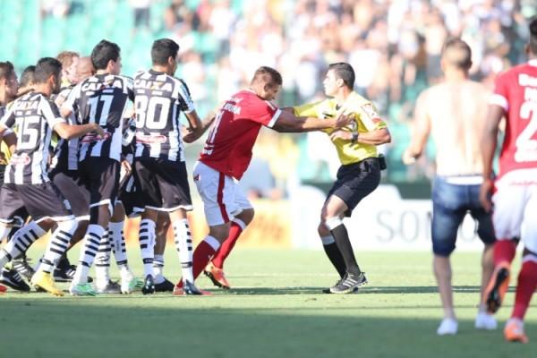 arbitro-e-jogadores-do-figueirense-apos-vitoria-do-internacional-1417903457769_956x500